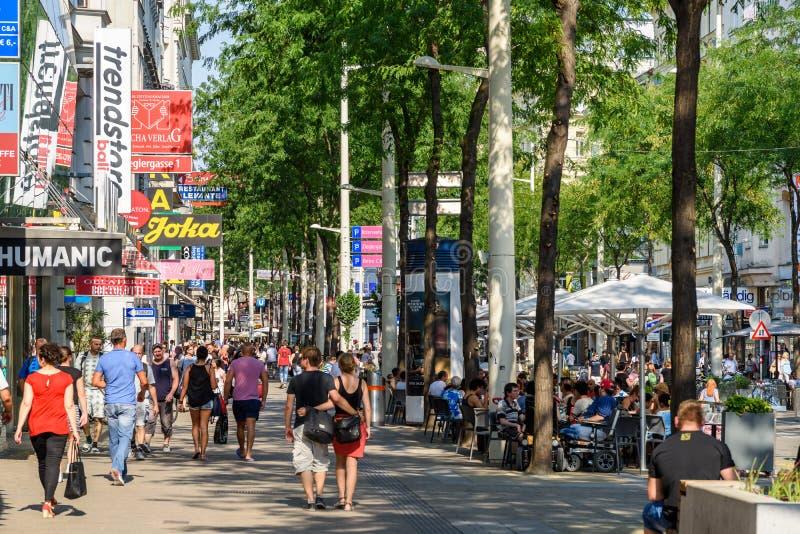Les gens faisant des emplettes sur la rue d'achats de Mariahilferstrasse de Vienne photos stock