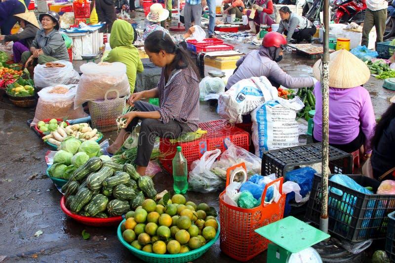 Les gens faisant des emplettes vendant le marché en plein air extérieur de fruits, Dong Hoi, Vietnam image stock