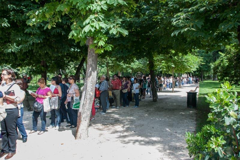 Les gens faisant la queue  photo stock