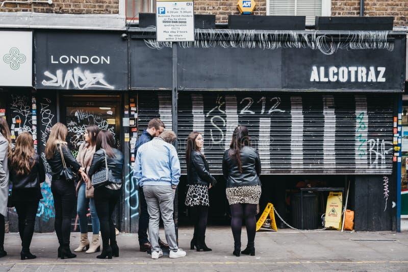 Les gens faisant la queue en dehors de la barre d'Alcotraz dans la ruelle de brique, Londres, R-U photos libres de droits