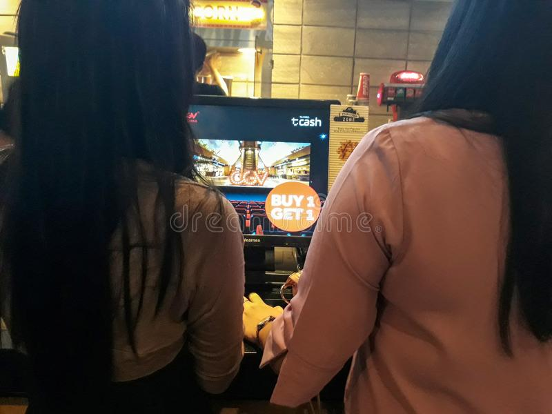 Les gens faisant la queue pour acheter des billets au compteur au cinéma de CGV dans Bekasi commercent le centre photographie stock
