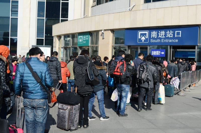les gens faisant la queue pour le train photo libre de droits