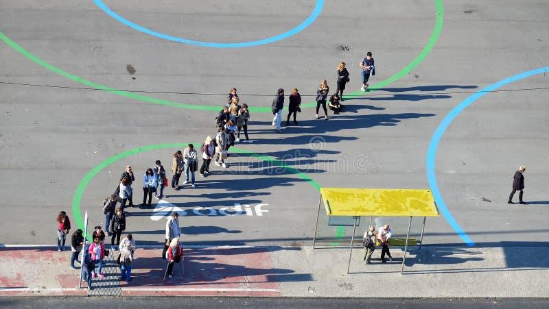 Les gens faisant la queue pour un autobus photos libres de droits