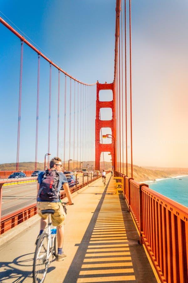 Les gens faisant un cycle sur golden gate bridge images libres de droits