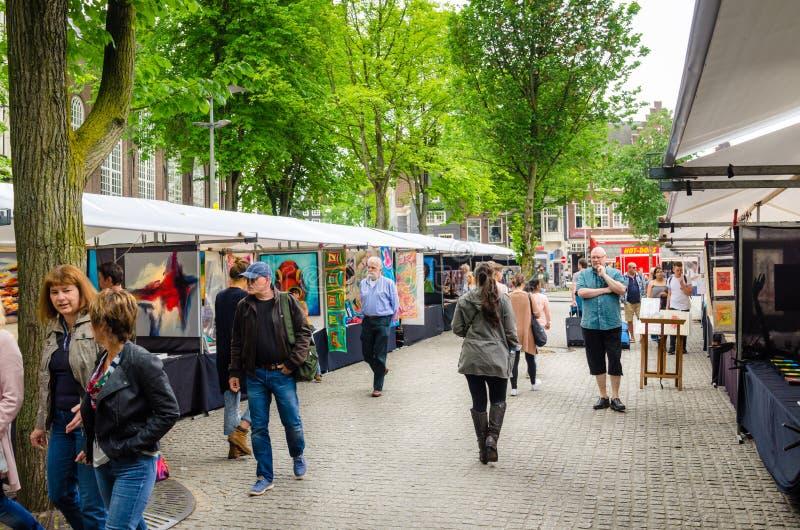 Les gens flânant autour d'un marché en plein air au centre de la ville d'Amsterdam images libres de droits