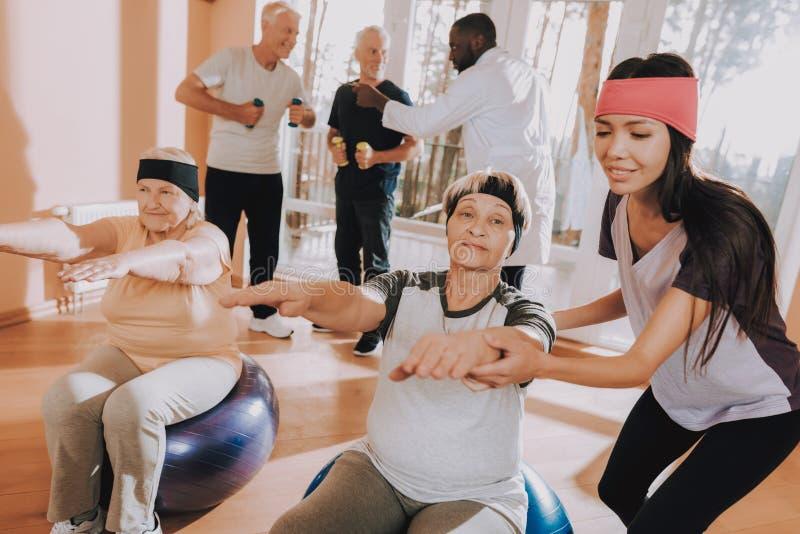 Les gens font des boules de forme physique d'exercices Maison de repos photo stock