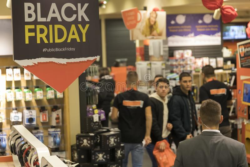 Les gens font des emplettes à l'intérieur d'un magasin pendant le shoppi de Black Friday image stock