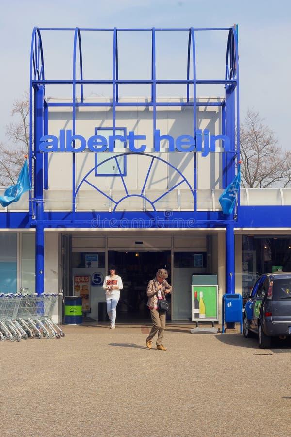 Les gens font des emplettes dans le supermarché d'Albert Heijn photos libres de droits