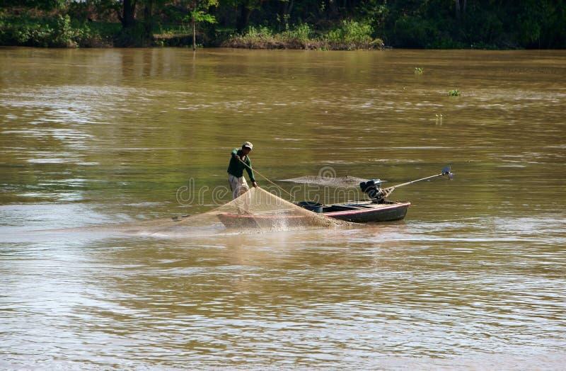 Les gens font la pêche sur la rivière image libre de droits