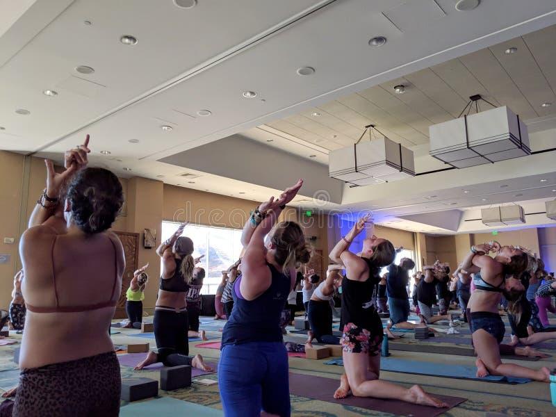 Les gens font la pose d'Eagle ? la grande classe de yoga avec Schuyler Grant et le DJ ? l'envie de voyager photo libre de droits