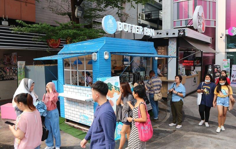 Les gens font la queue à un camion de nourriture images stock