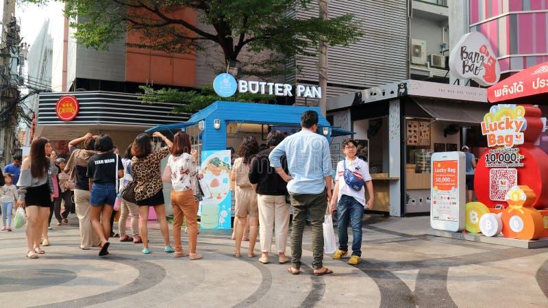 Les gens font la queue à un camion de nourriture photos stock