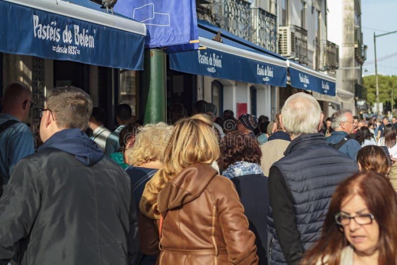 Les gens font la queue devant la boulangerie c?l?bre de Pasteis De Belem ? Lisbonne photographie stock