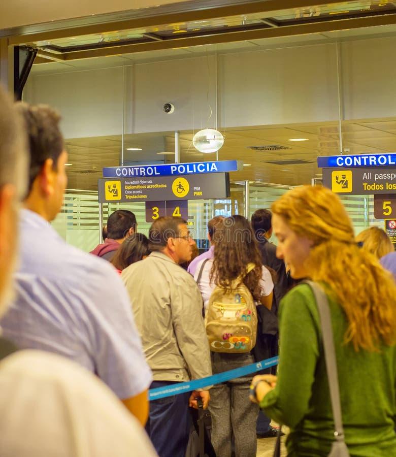 Les gens font la queue le contr?le de passeport d'a?roport photos libres de droits