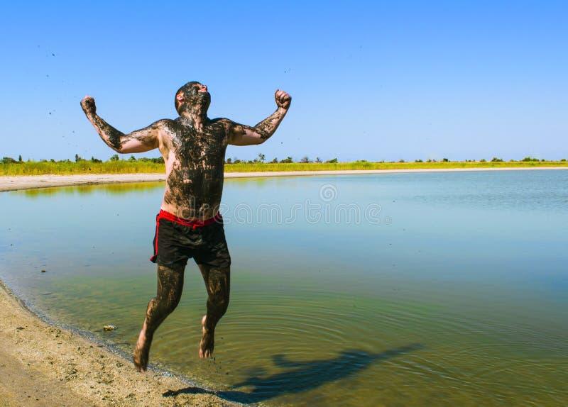 Les gens font la thérapie de boue et sont très heureux images stock