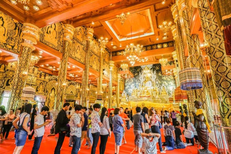 Les gens font le mérite à l'intérieur du beau temple d'or à Bangkok Thaïlande le 9 juillet 2017 photographie stock