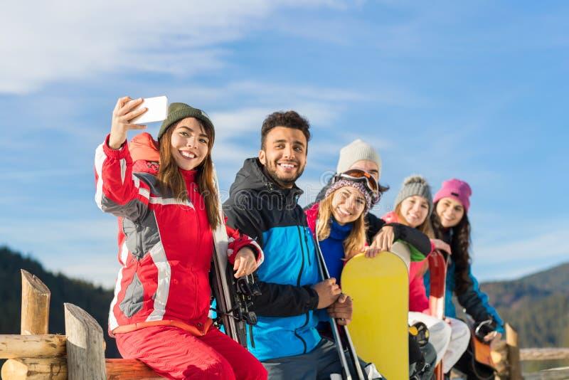 Les gens groupent avec le surf des neiges et la photo de prise gaie de Ski Resort Snow Winter Mountain Selfie photos stock