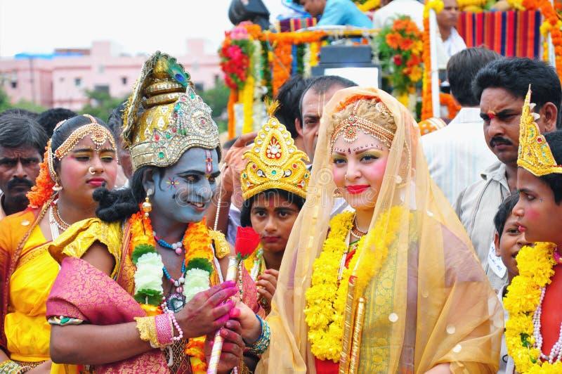 Les gens habillés comme Lord Krishna et déesse Radha dans l'Inde images stock