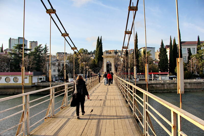 Les gens jettent un pont sur à Sotchi images libres de droits