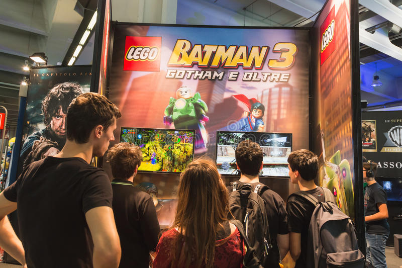Les gens jouant à la semaine 2014 de jeux à Milan, Italie image stock