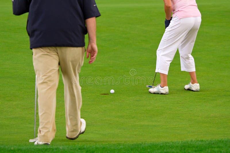 Les gens jouant au golf photos stock