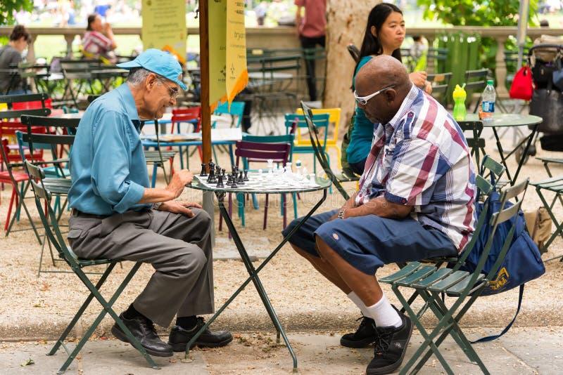 Les gens jouant des échecs en parc de Bryant photo libre de droits