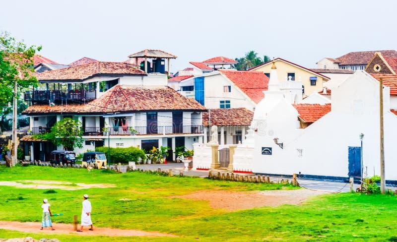 Les gens jouant le crickert devant le paysage urbain de la vieille ville coloniale de Galle, Sri Lanka photo libre de droits