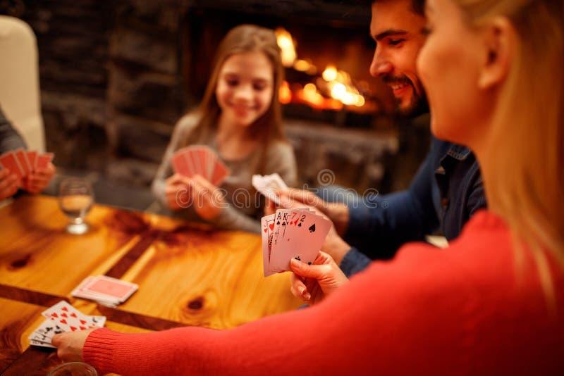 Les gens jouant le jeu de carte photographie stock libre de droits