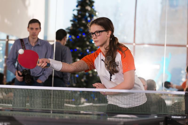 Les gens jouant le ping-pong photos stock