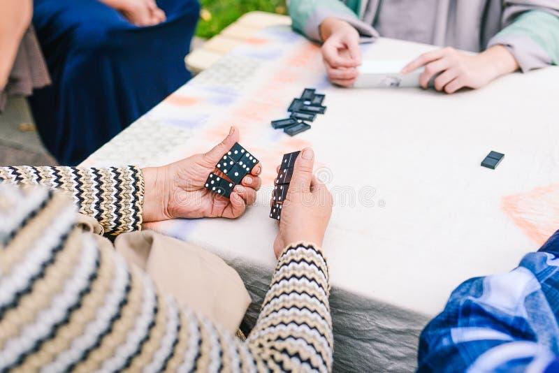 Les gens jouent des dominos Plusieurs personnes ont l'amusement jouant des dominos sur la rue Jeu de société image stock