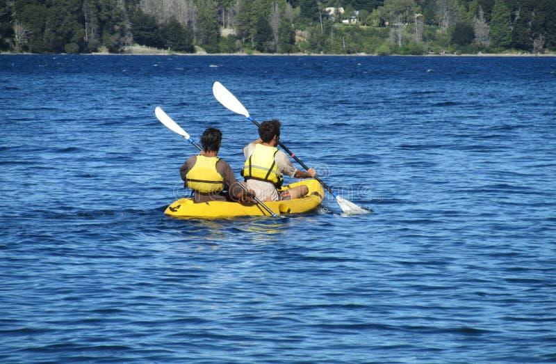 Les gens kayaking photo stock