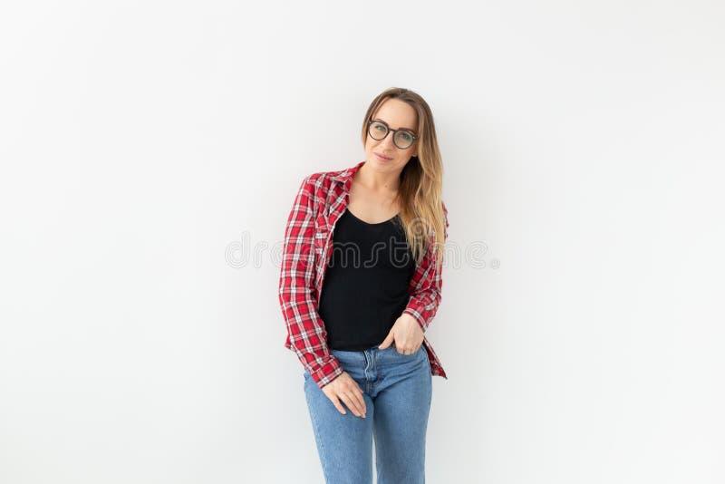 Les gens, la beauté et le concept de mode - jeune femme en verres de mode posant et souriant au-dessus du fond blanc photos libres de droits