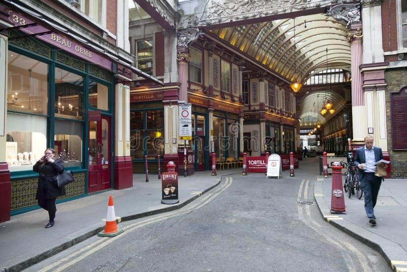 Les gens laissent le marché de leadenhall pour la ville de Londres avec la cigarette image libre de droits
