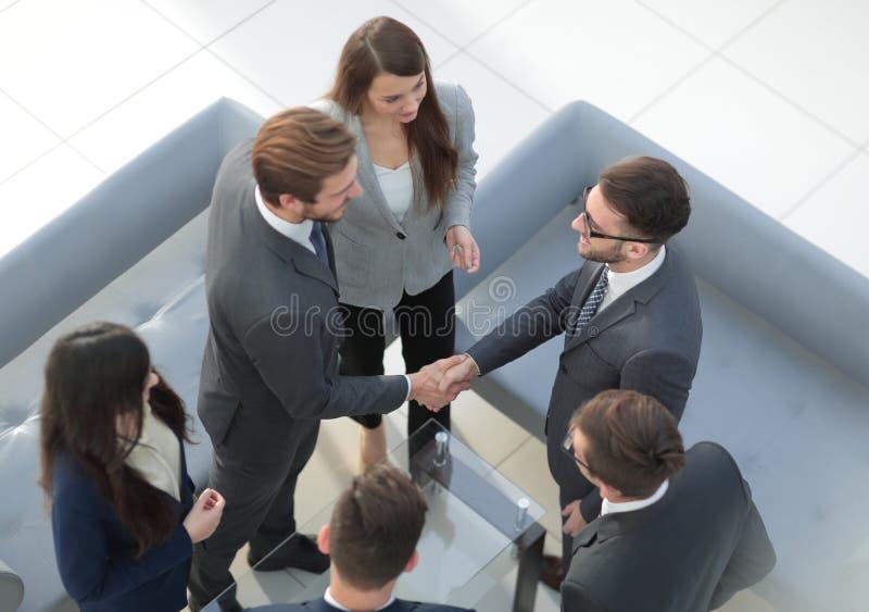 Les gens, le travail et le concept d'entreprise - réunion d'équipe d'affaires à de image stock