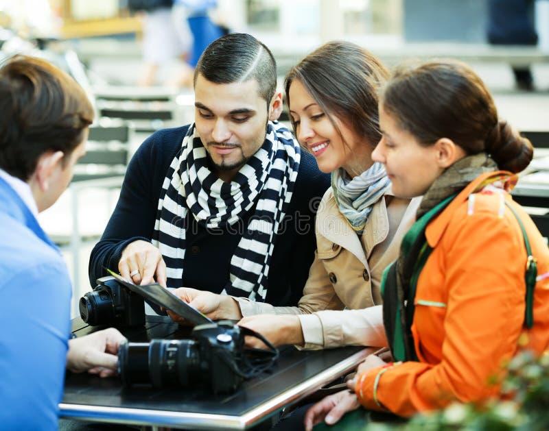 Les gens lisant la carte au café image stock