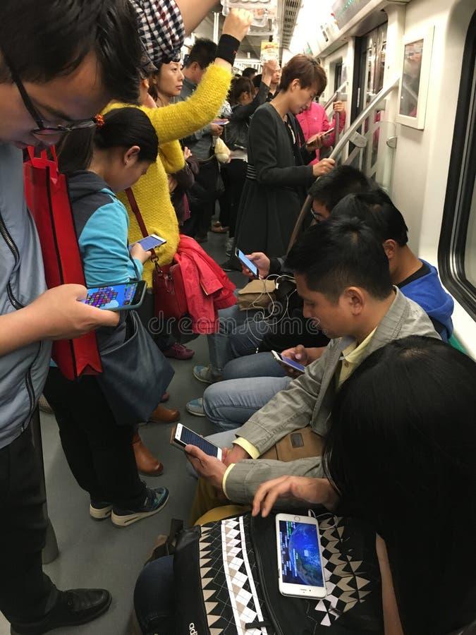 Les gens lisant le téléphone intelligent photographie stock