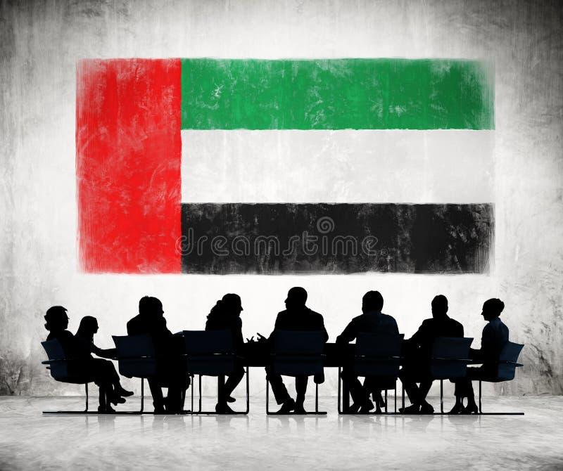 Les gens lors d'une réunion avec le drapeau des Emirats Arabes Unis photos stock