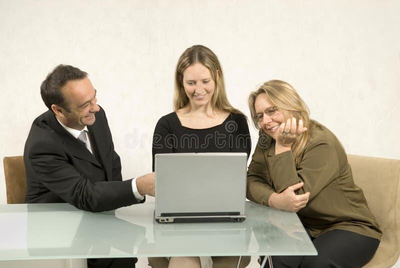 Les gens lors d'une réunion d'affaires photo stock