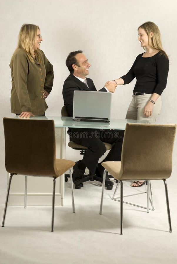 Les gens lors d'une réunion d'affaires photographie stock libre de droits
