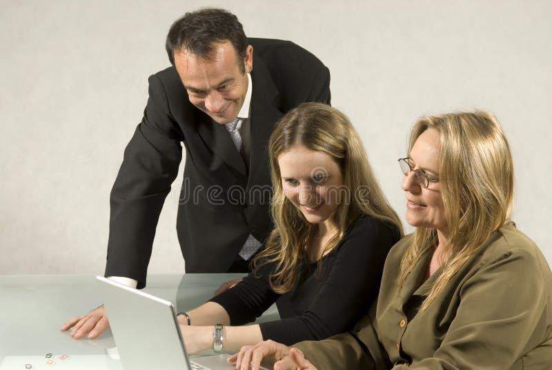 Les gens lors de la réunion d'affaires photographie stock