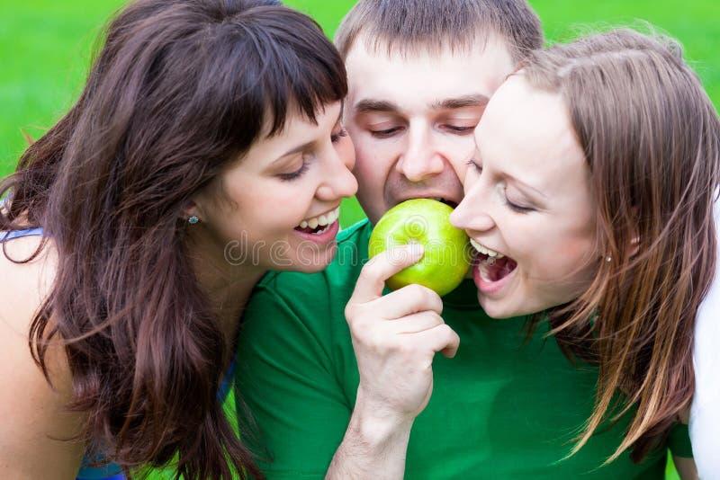 Les gens mangeant une pomme images libres de droits