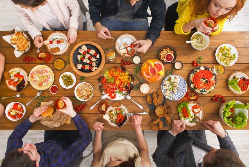 Les gens mangent les repas sains au dîner servi de table photos stock