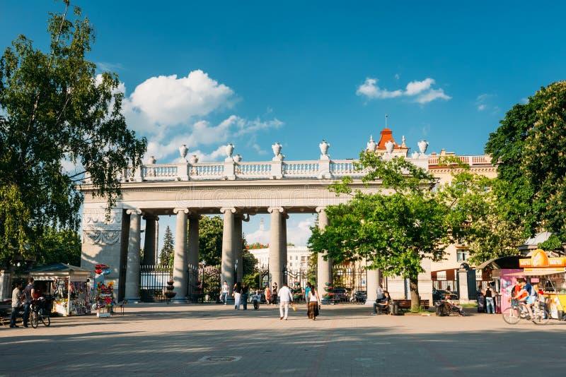 Les gens marchant à Gorki se garent à la soirée d'été dedans photo stock