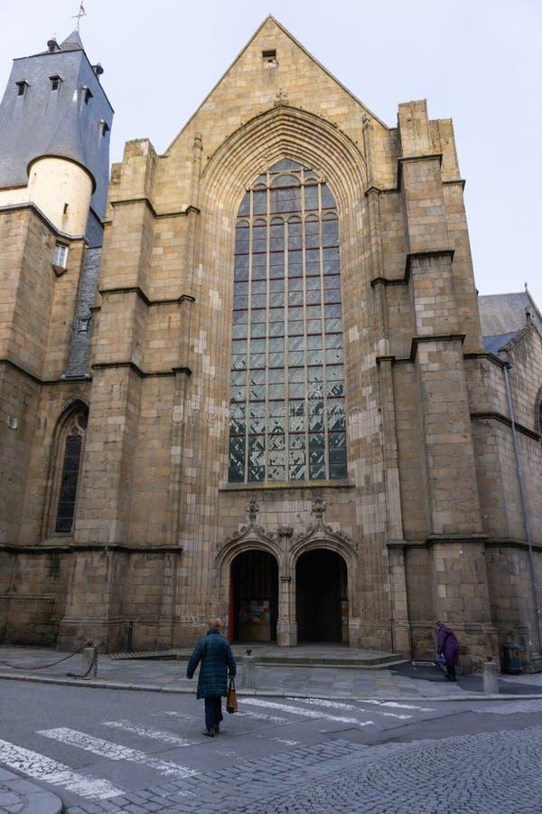 Les gens marchant à l'église de St Germain à Rennes, France photo stock