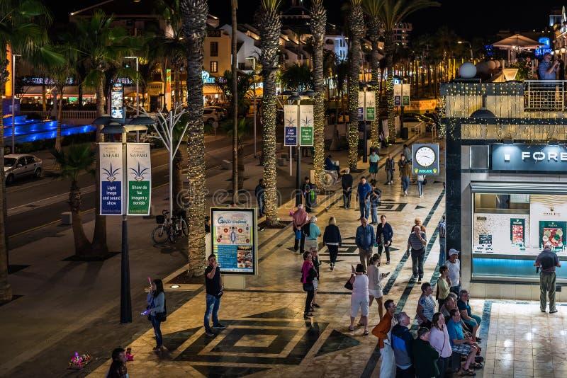 Les gens marchant à la rue de nuit de la ville de Las Amériques sur l'île de Ténérife image stock