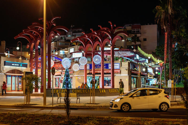 Les gens marchant à la rue de nuit de Las Amériques photographie stock