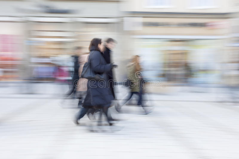 Les gens marchant, achats heureux, tache floue de mouvement photos stock