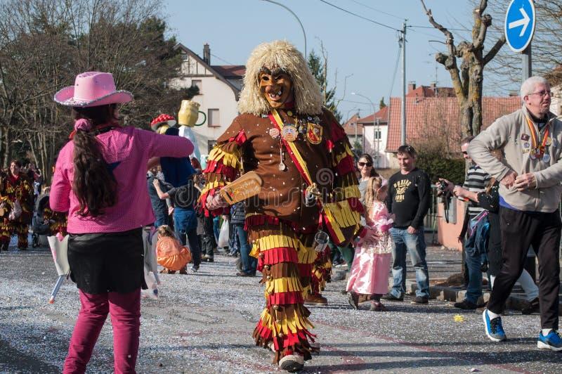 Les gens marchant au carnaval avec le masque de sorcière image libre de droits