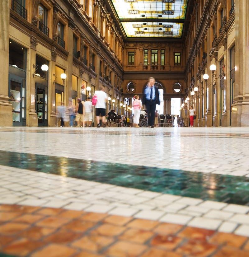 Les gens marchant au centre moderne d'affaires images stock