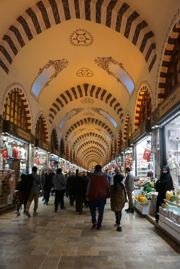 Les gens marchant autour à l'intérieur du bazar d'épice la tache de touristes célèbre photographie stock